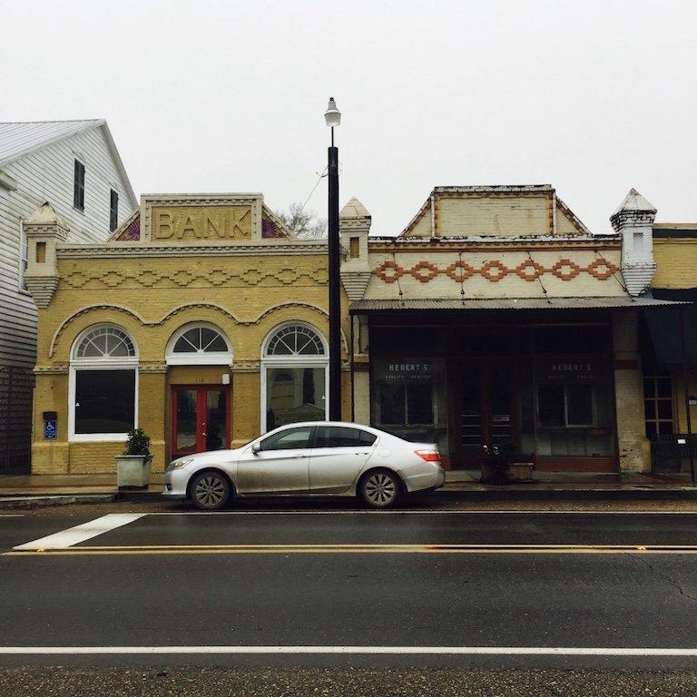 Roadtrip durch Louisiana, In St. Martinville, Sicht auf Fassaden von Häusern in der Hauptstrasse