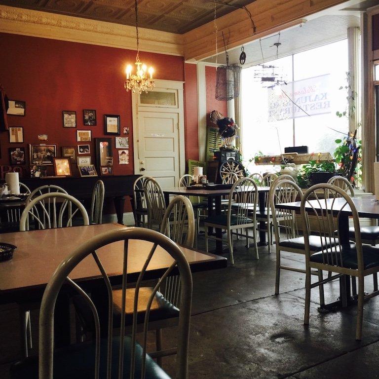 Im Café mit Tischen und Stühlen in St. Martinville
