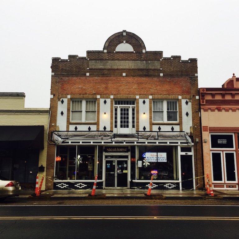 Fassade mit spanischen Flair in der Hauptstrasse in St. Martinville