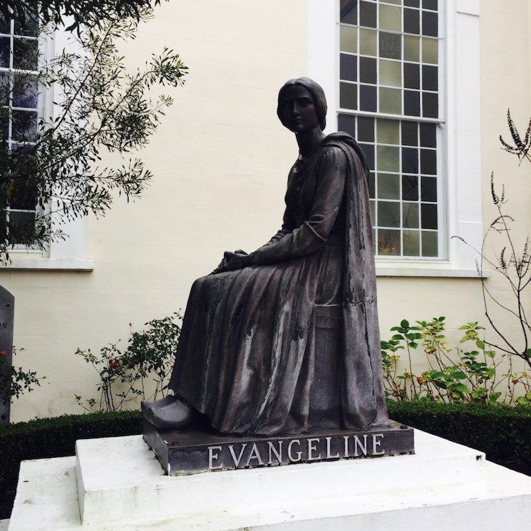 Sicht auf Evangelinekulptur vor der Kirche in St. Martinville in Louisiana