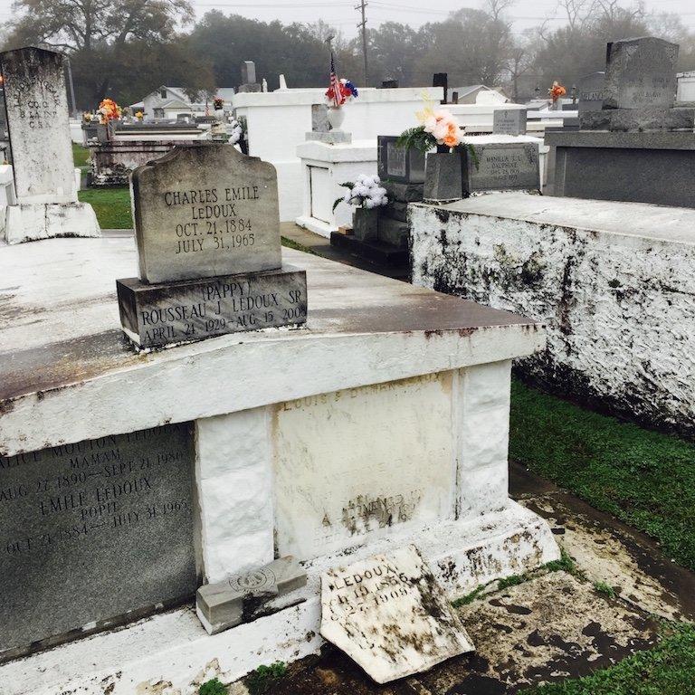 Gräber an einem nebligen Tag in St. Martinville