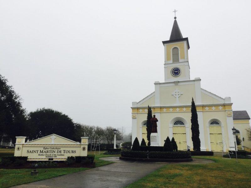 Sicht auf gelbe Fassade der Kirche in St. Martinville in Louisiana