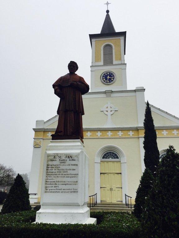 Sicht auf Skulptur und gelbe Fassade der Kirche in St. Martinville in Louisiana