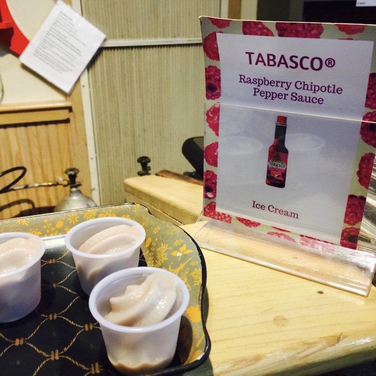 Im Souvenirshop, Tabasco Eis zum probieren