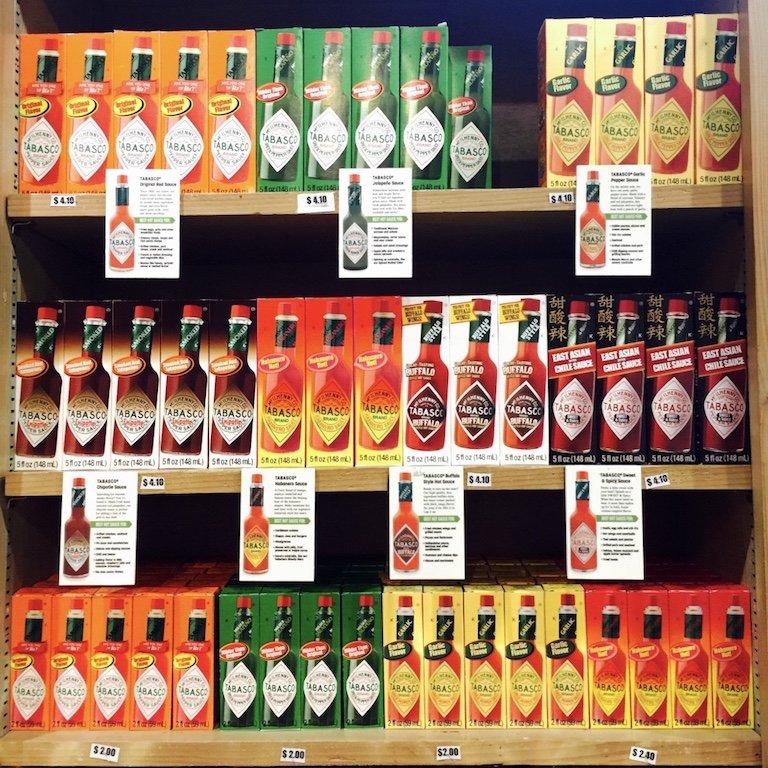 Regale mit Tabascoflaschen zum Verkauf im Souvenirshop auf Avery Island