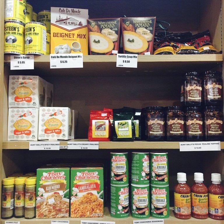 Regalemit Produkten gefüllt zum Verkauf im Souvenirshop auf Avery Island