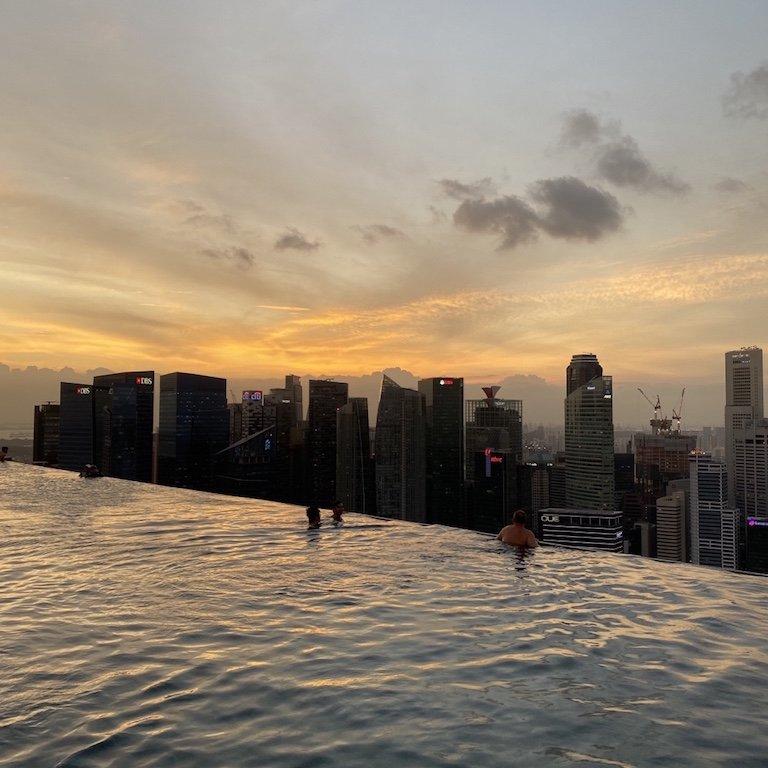 Sonnenuntergang vom Marina Bay Sands aus gesehen