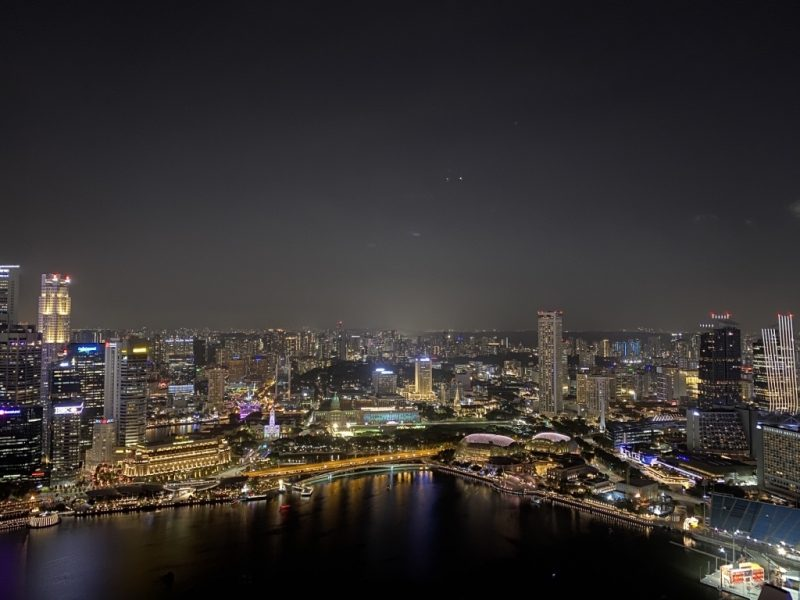 Skyline von Singapur am Abend. Blick vom Marina Bay Sands Hotel.