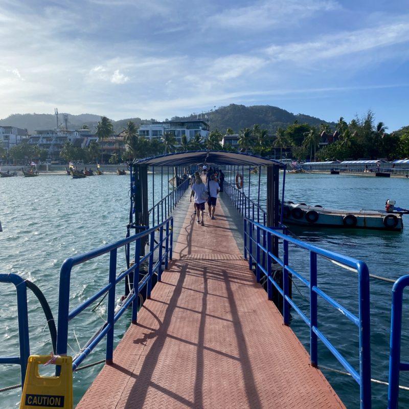 Phuket auf eigene Faust - eine Kreuzfahrt in Südostasien. Mobiles Pier am Patong Beach.