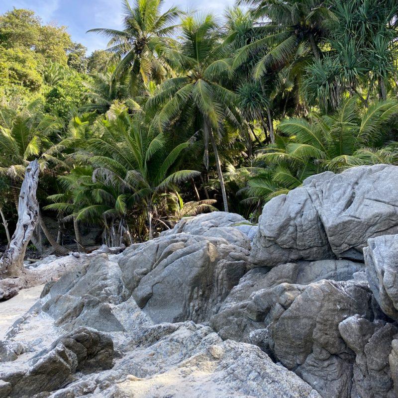 Phuket auf eigene Faust - eine Kreuzfahrt in Südostasien. Granitfelsen der Freedom Beach.