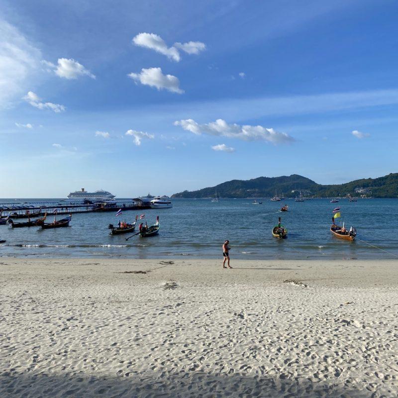 Phuket auf eigene Faust erkunden - eine Kreuzfahrt in Südostasien. Costa Fortuna und Strand von Patong Beach.