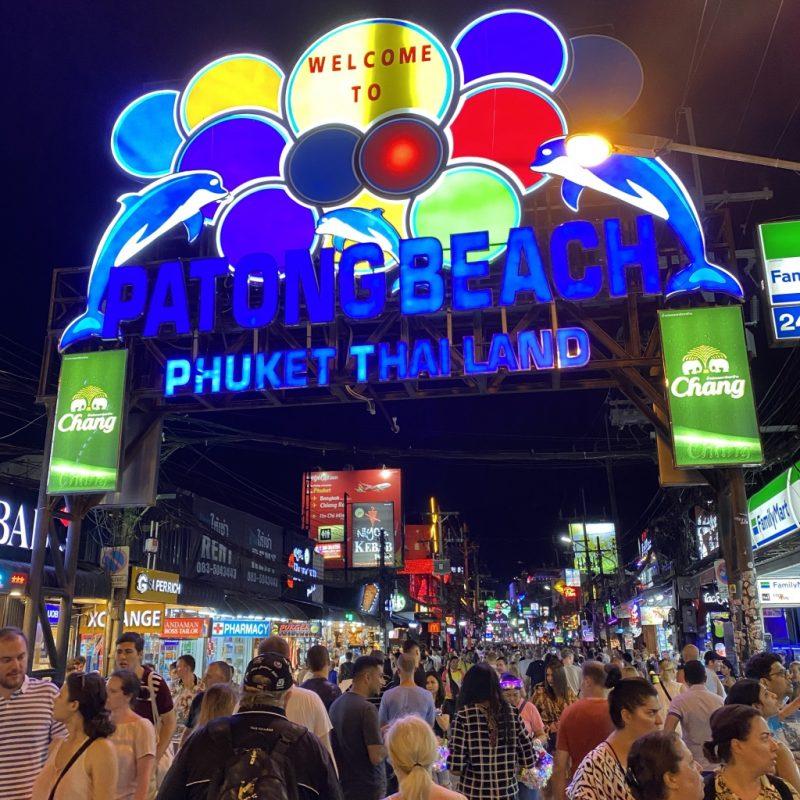 Phuket auf eigene Faust - eine Kreuzfahrt in Südostasien. Unterwegs in Patong Beach. Bangla Road am Abend.