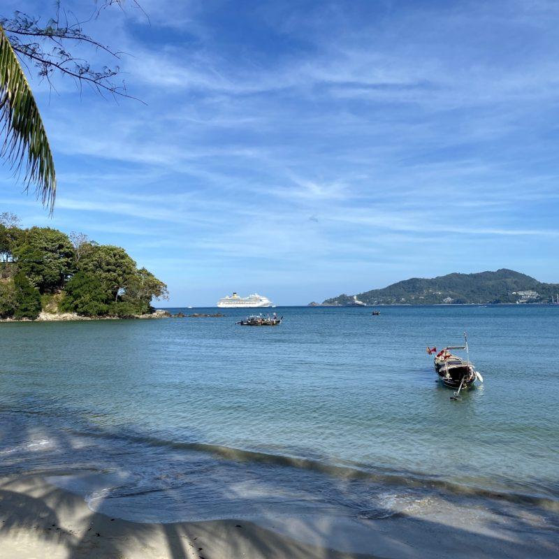 Phuket auf eigene Faust - eine Kreuzfahrt in Südostasien. Patong Beach und Sicht auf Costa Fortuna.