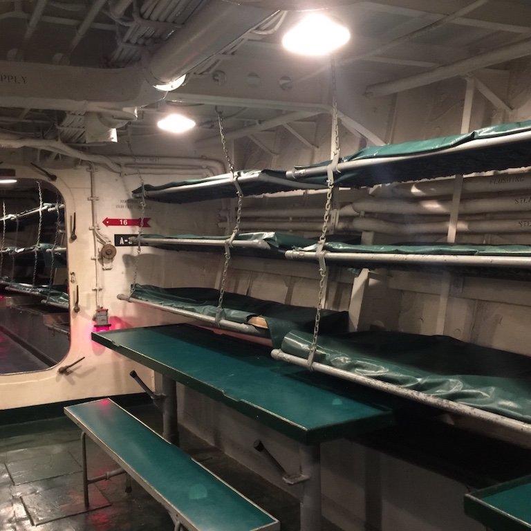 Ess- und Schlafraum auf dem Schiff USS Kidd in Baton Rouge, Louisiana