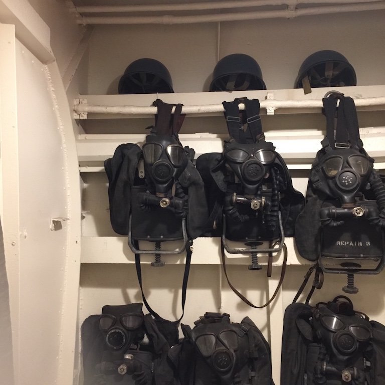Masken auf dem Schiff USS Kidd in Baton Rouge, Louisiana
