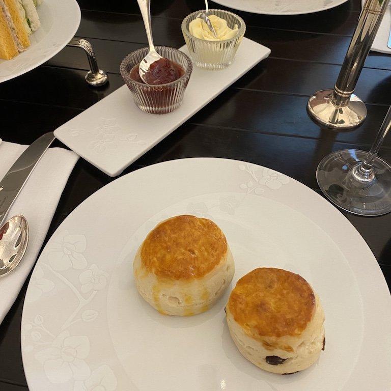Raffles Afternoon Tee - Tisch mit Scones