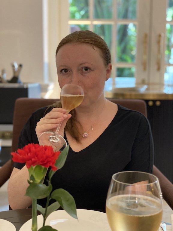 Raffles Hotel Afternoon Tee - Caro bei Tisch