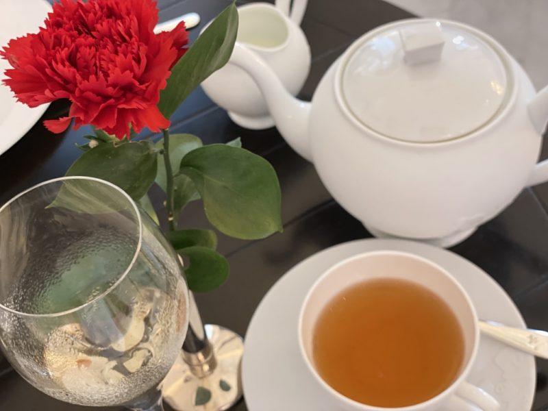 Raffles Hotel mit Porzellan, Tee und Champagner im Bild