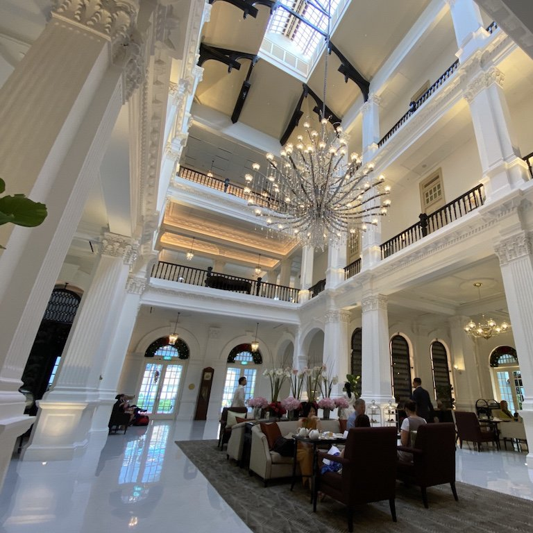 Raffles Hotel innen Main Hall, Kronleuchter und Tea Time