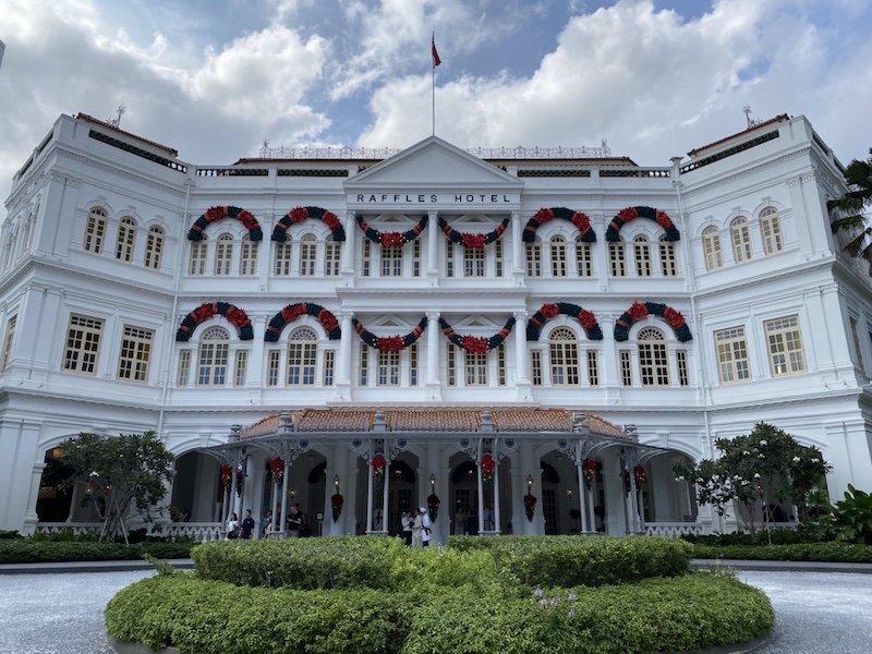 Raffles Hotel aussen - Fassade mittig fotografiert