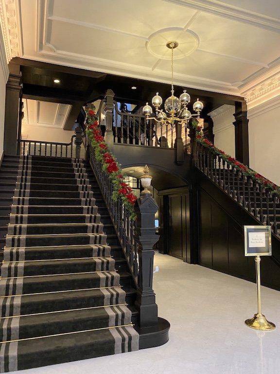 Raffles Hotel Afternoon Tea - Main Hall, Treppe und Lobby