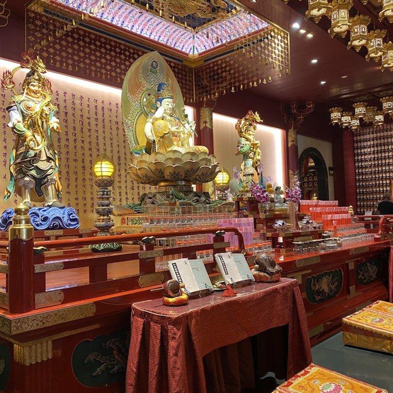 Innen der Altar des Buddha Relic Temple in Chinatown in Singapur