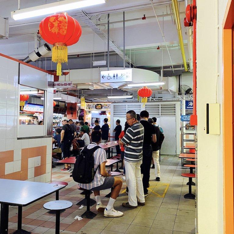 Verkaufsstände und Tische im Hawker Centre