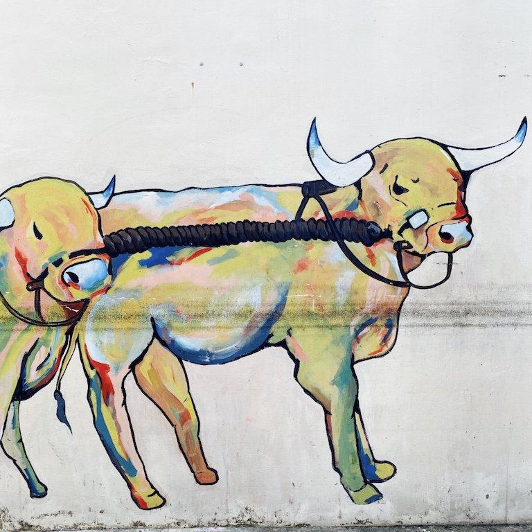 Dekoration und Malerei von Stieren an einer Hauswand