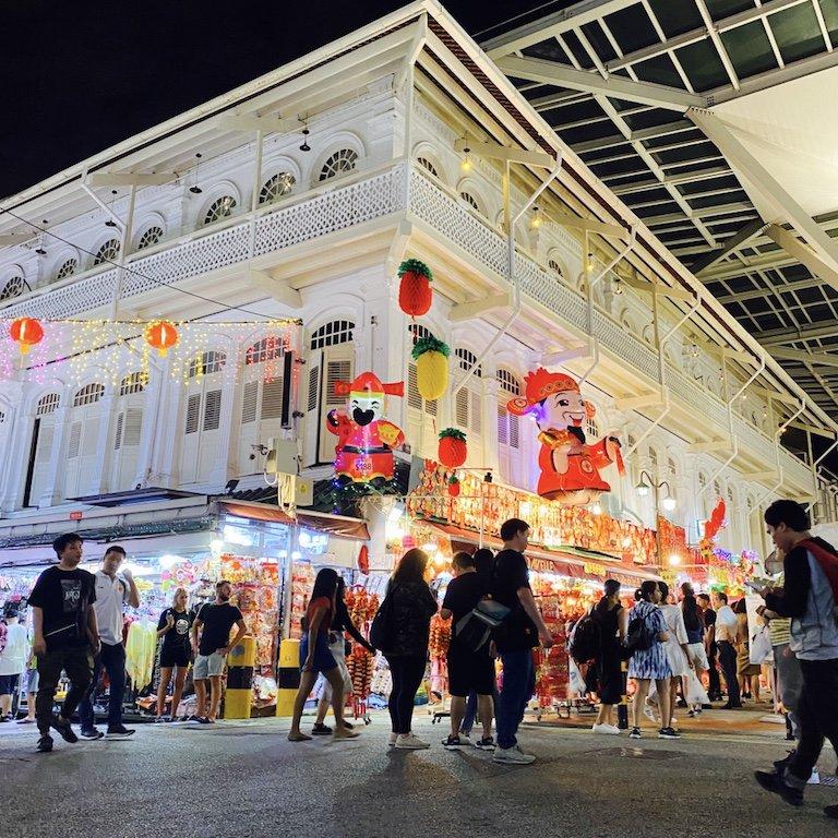 Belebte und beleuchtete Smith Strasse für Shopping bei Nacht in Chinatown