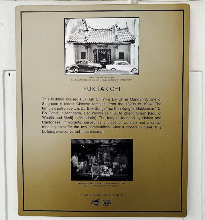 Erklärungstafel zum Eingang zum ehemaligen Temple und heutigen Museum