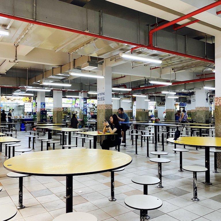 Tische in einem Hawker Centre