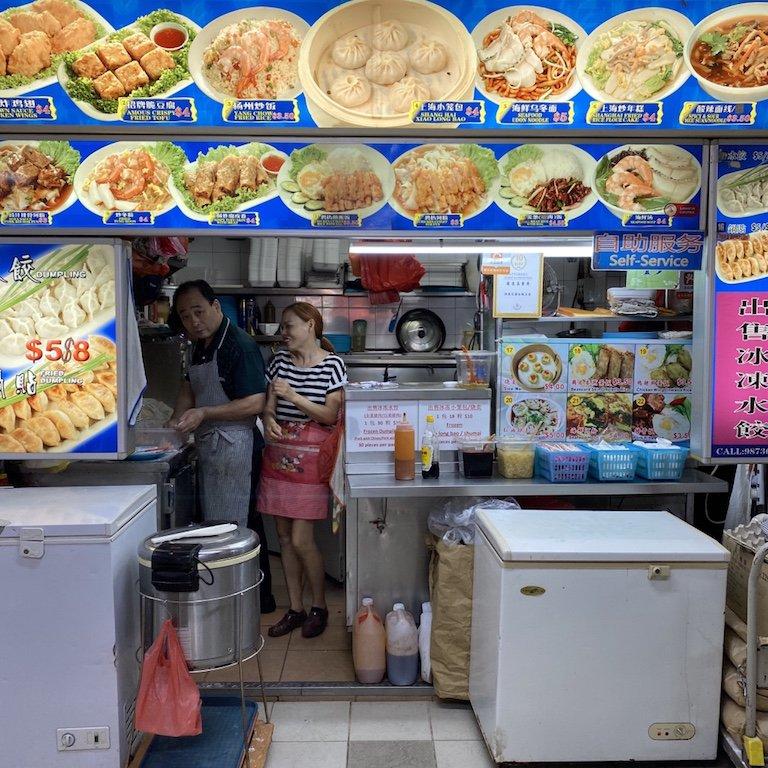 Tische und Essendstand in einem Hawker Centre in Chinatown in Singapur