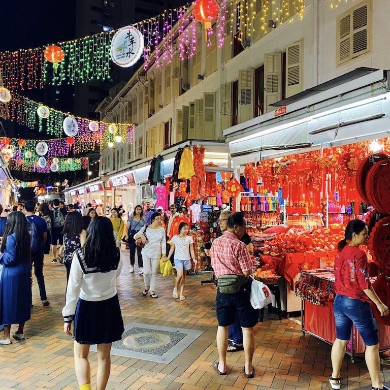 Belebte und beleuchtete Strasse für Shopping bei Nacht in Chinatown in Singapur