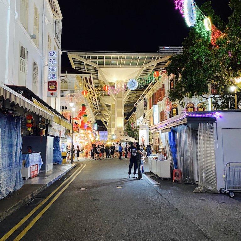 Belebte und beleuchtete Strasse für Shopping bei Nacht in Chinatown