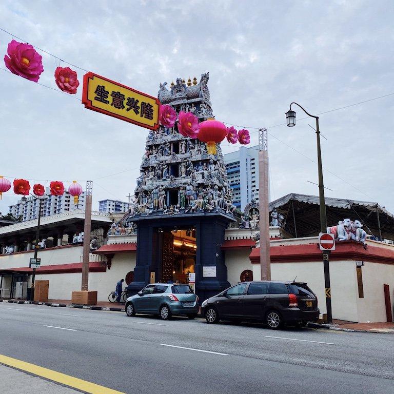 Strasse in Chinatown mit Blick auf Sri Mariamman Temple