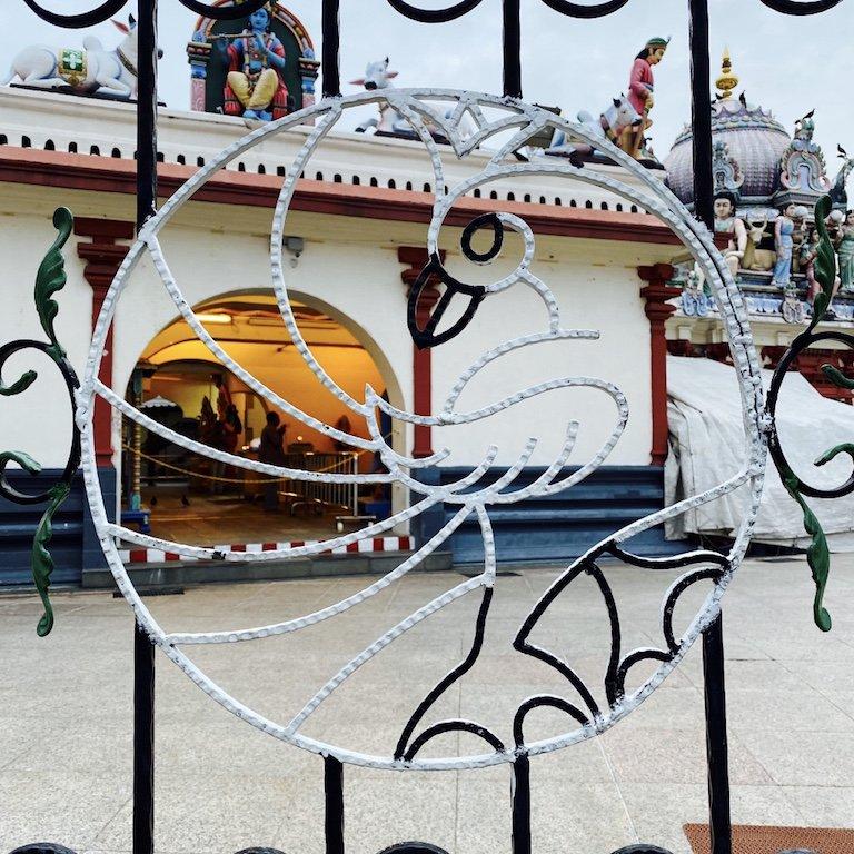 Blick auf Tordetail von Sri Mariamman Temple