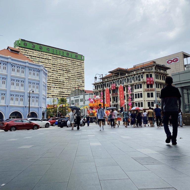 Häuser, Menschen und Verkehr in Chinatown in Singapur