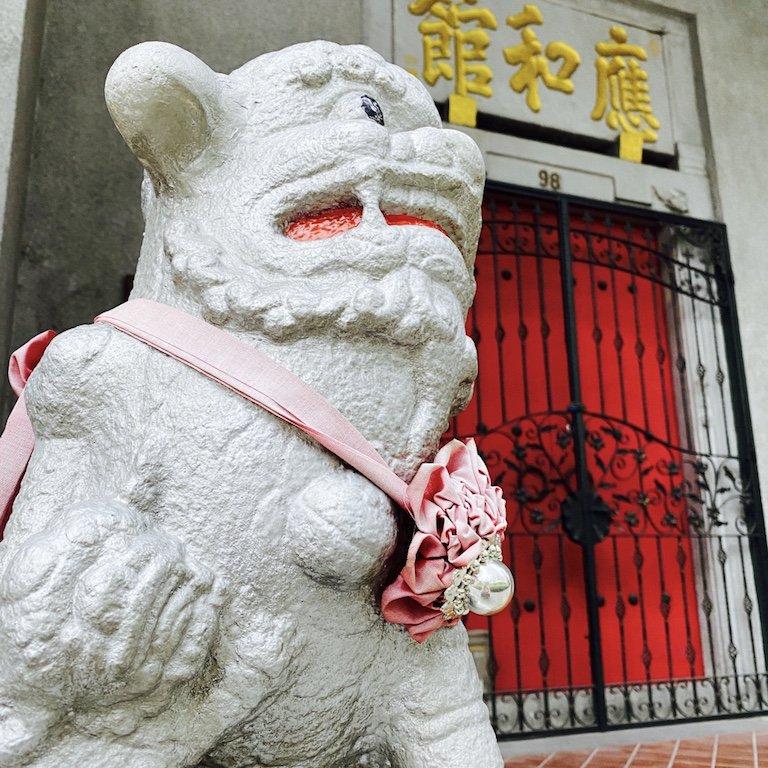 Wächterfigur vor einem Tempel