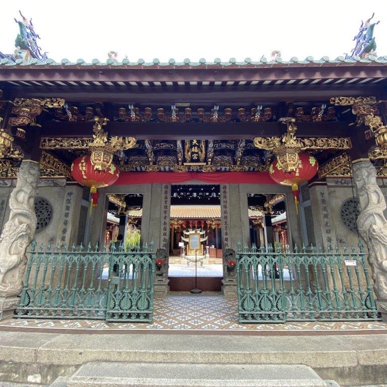 Verzierter Eingang zum Thian Hock Keng Tempel
