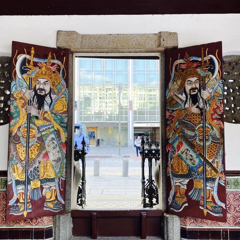 Bemalte Türen am Ausgang im Thian Hock Keng Tempel