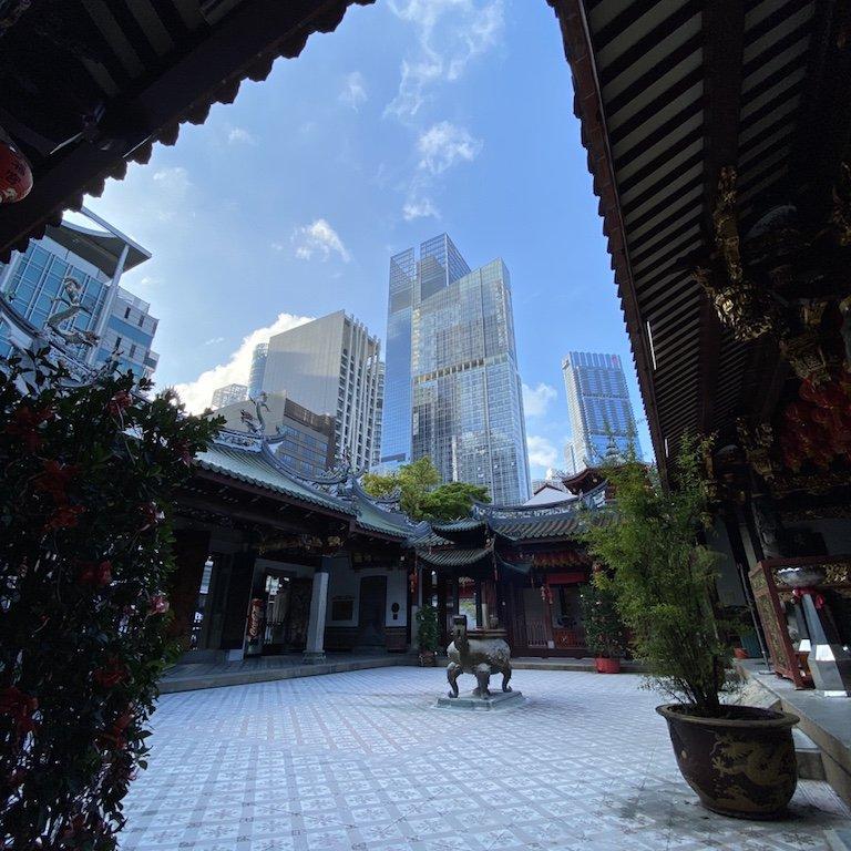 Im Inneren des Thian Hock Keng Tempel mit Sicht zu den Hochhäusern