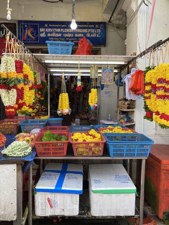 Shop in Little India mit Blumengirlanden fuer den Tempel