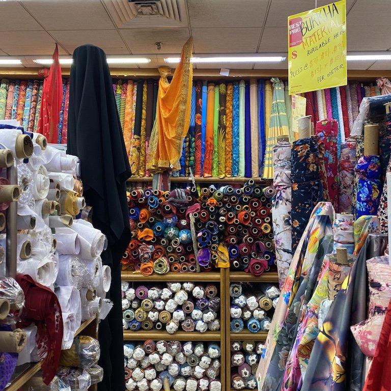 Stoffe und Waren im Mustafa Centre in Little India