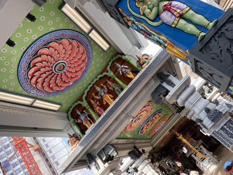 Im Inneren und bunt verzierte Decke des Sri Srinivasa Perumal Tempel