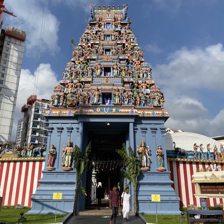 Buntes Fassadendetail und Eingang im Sri Srinivasa Perumal Tempel