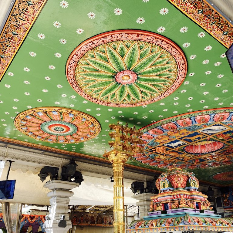 Buntes Deckendetail im Sri Srinivasa Perumal Tempel