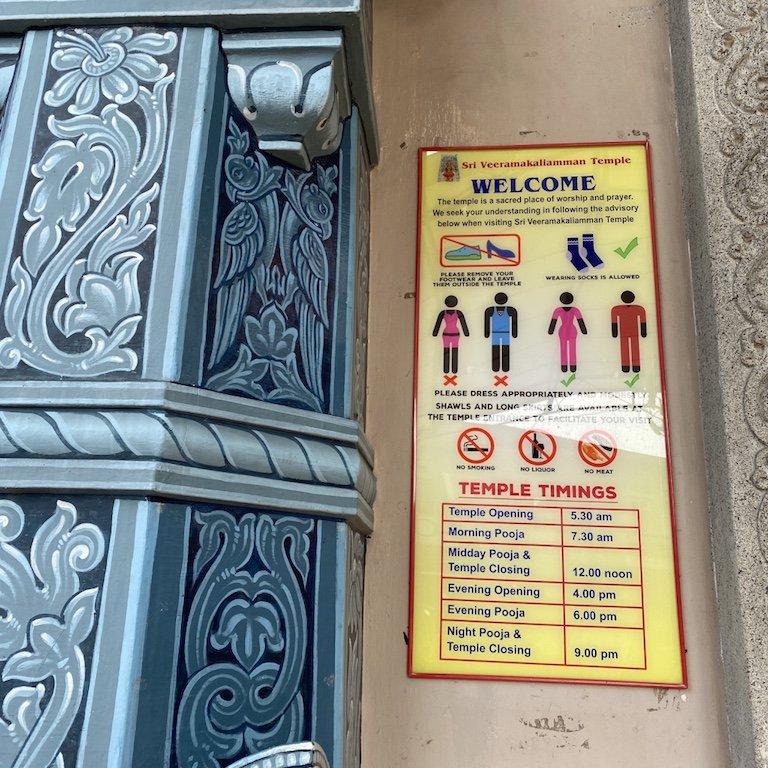 Hinweise am Eingang des Veerama Kaliamman Tempel