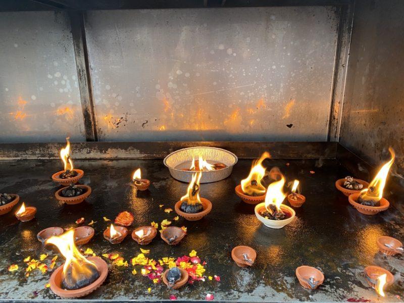 Kerzen im Veerama Kaliamman Tempel