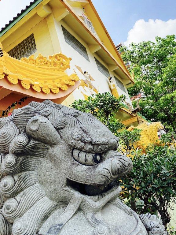 Wächter vor einem Tempel in Singapur