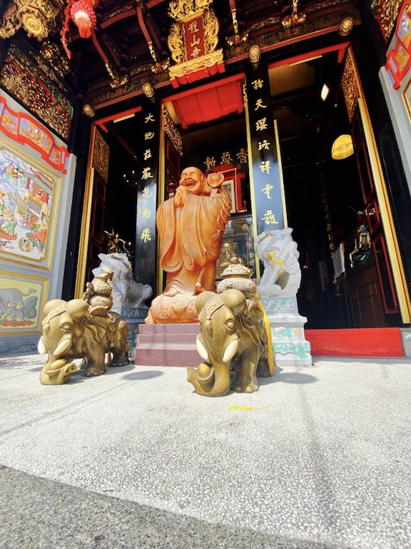 Statuen vor dem Eingang des Leong San See Temple